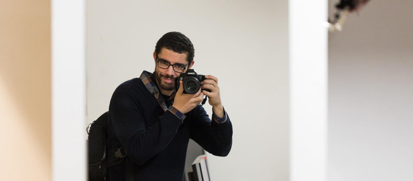 Le photographe Raphaï Bernus munit de son appareil photo