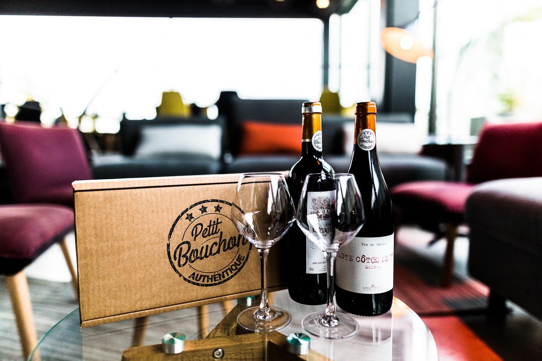bouteilles de vin sur une table - ptit-bouchon-seance-photo-d-entreprise-8