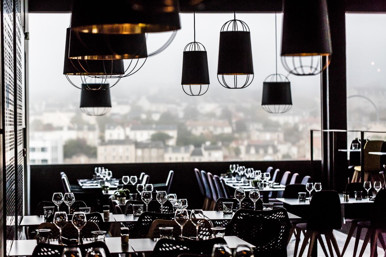 salle avec tables & chaises du Rooftop restaurent à Poitiers
