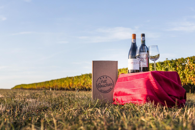 picnic à la campagne, bouteilles de vin sur une petite table - Photo pour le site ptit bouchon, vente de vin en ligne